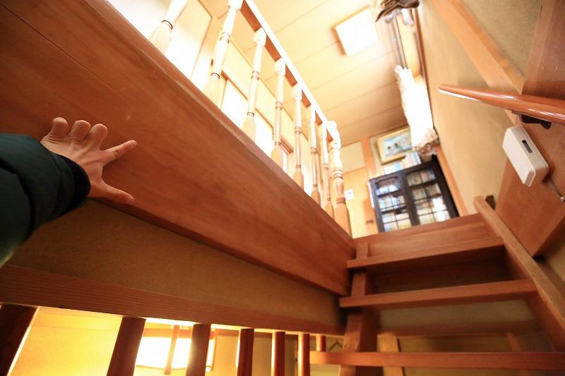 1階と2階との間は30センチ以上ある太い柱を使用