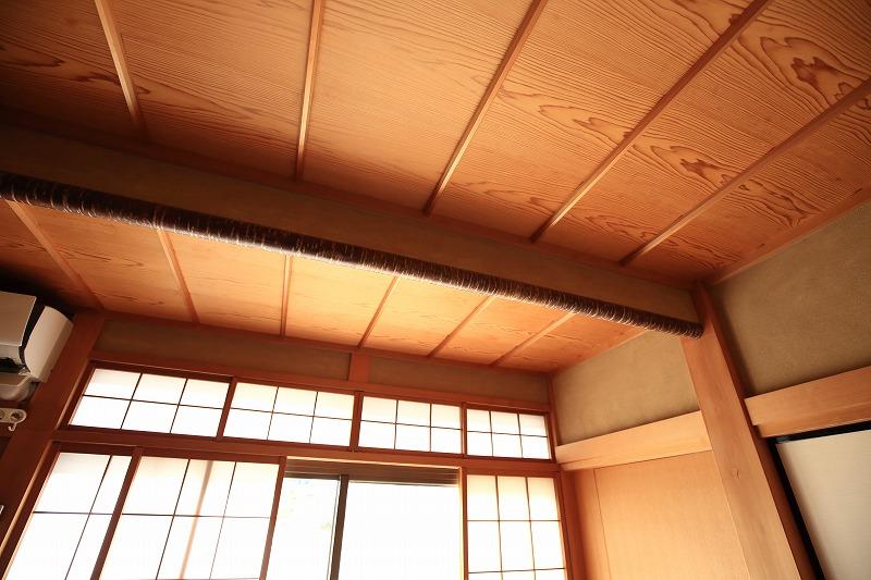 日があたる方角の窓や障子には欄間(らんま)を設け、室内に日が当たるよう工夫