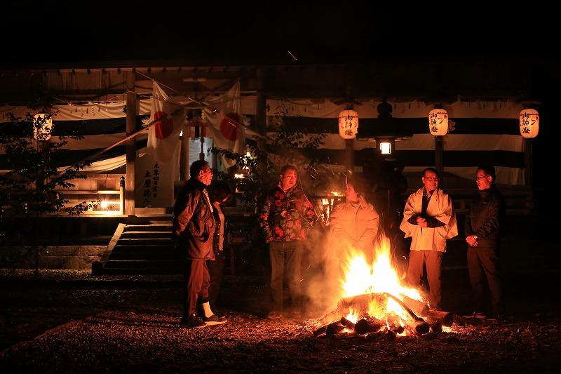 新年を迎えた八幡神社。提灯が灯り、幻想的な光景が広がる