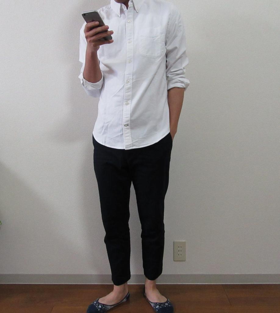 イージーアンクルパンツと白シャツ