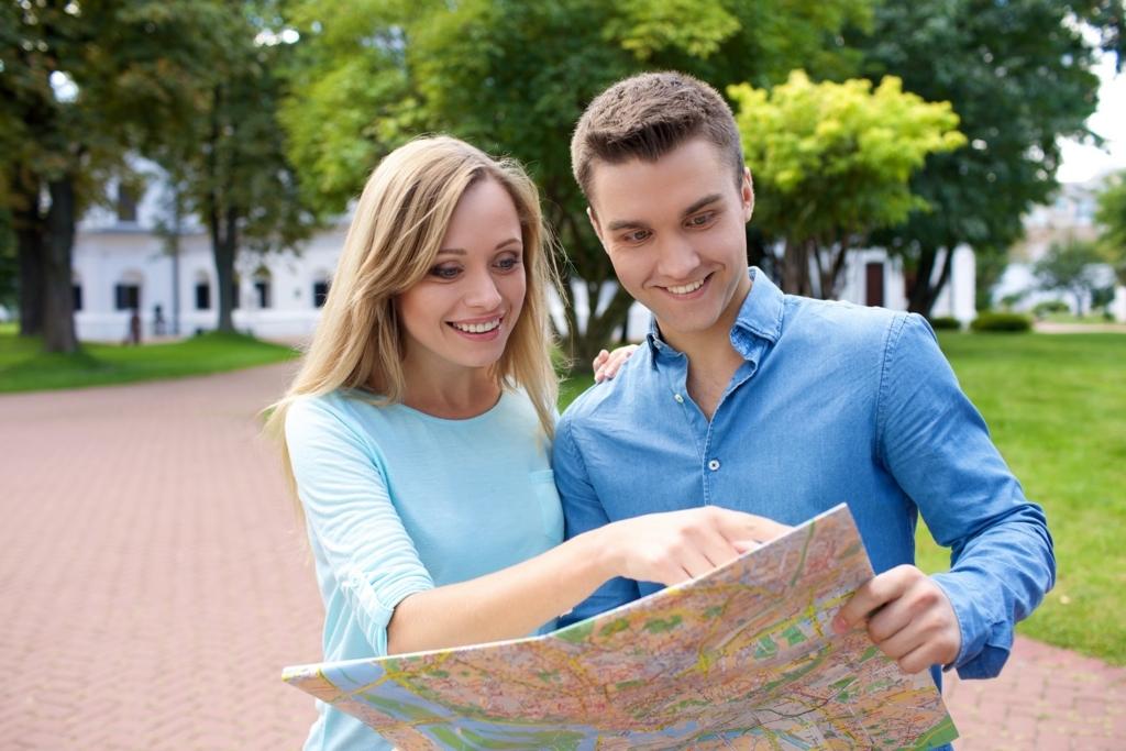地図を広げる外国人観光客