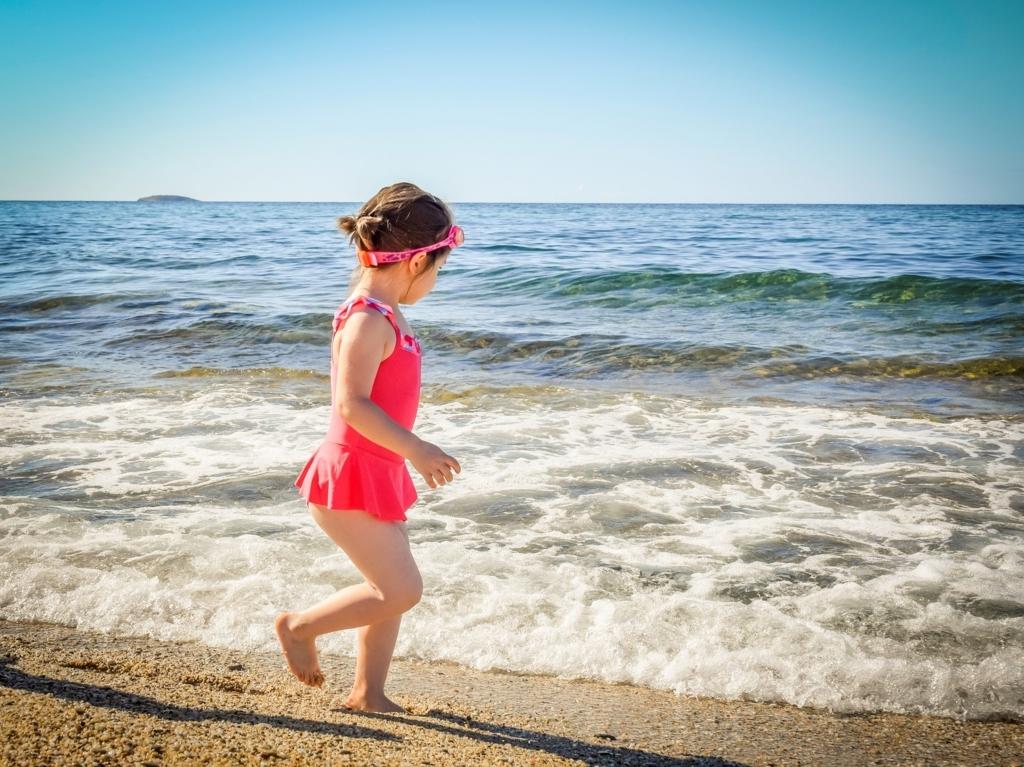 夏の海を楽しむ女の子