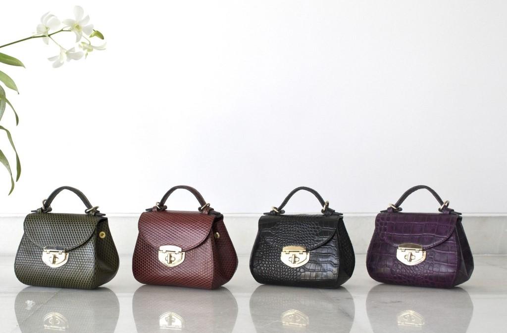 色々な色のバッグ