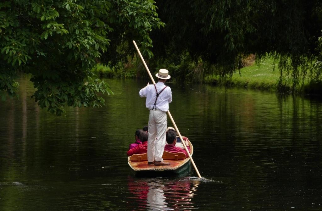 舟をこぐ男性