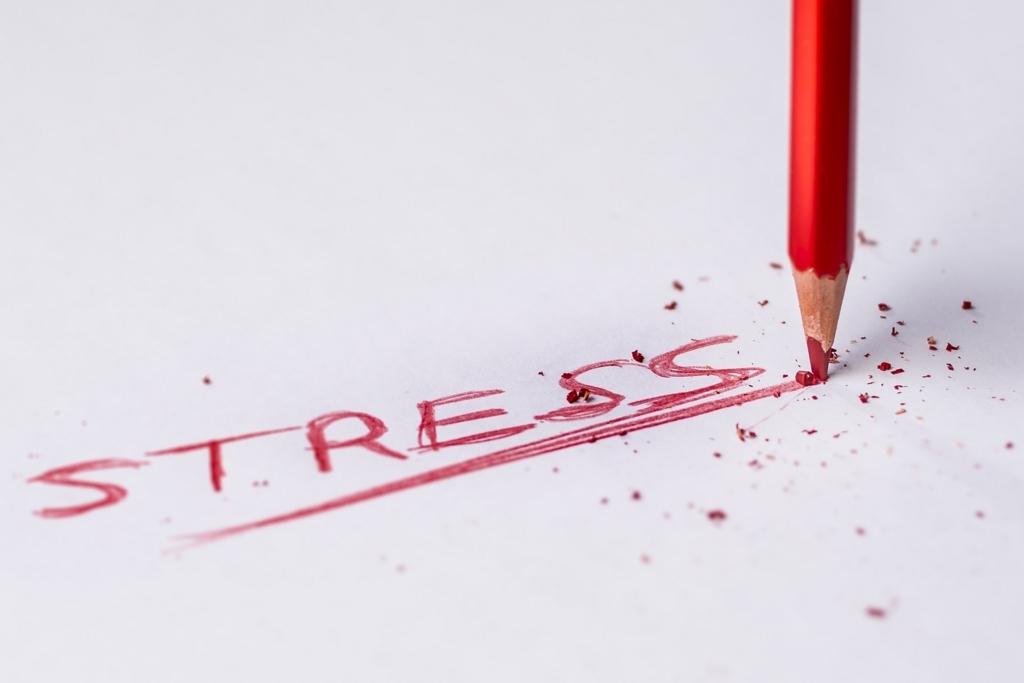ストレスで鉛筆を折る