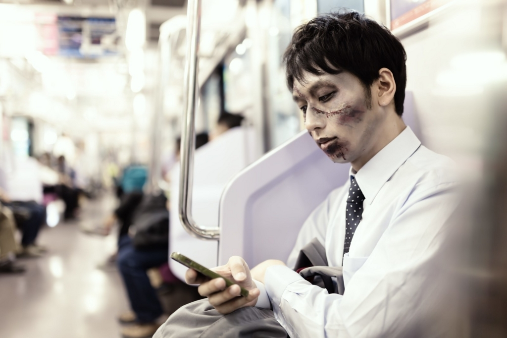 電車の中でキャンペーンに応募するゾンビ
