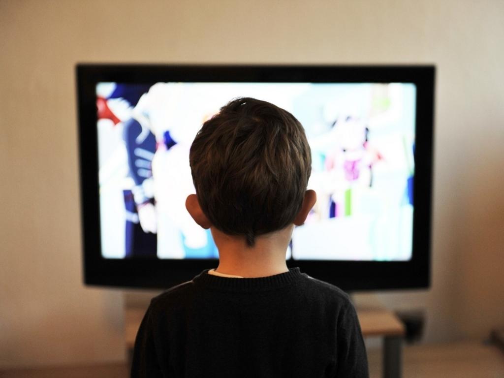 テレビを見ている子ども
