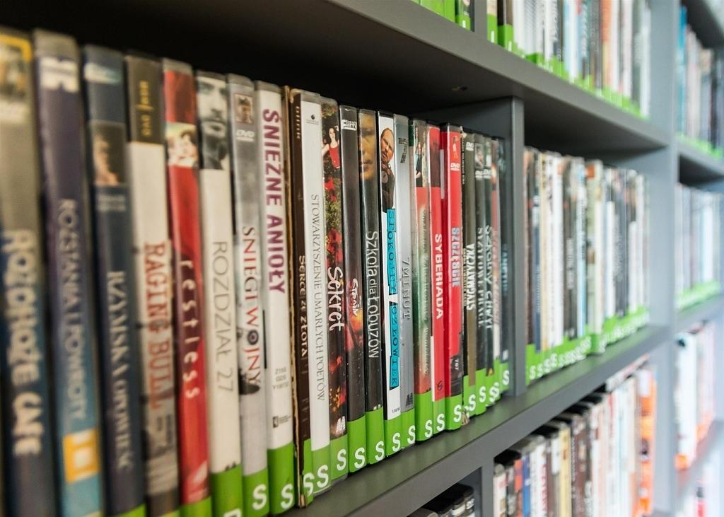 DVDがたくさん並んだ棚