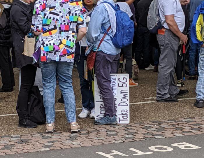5Gに対するデモでロンドンに人が集まる【イギリス生活英語日記】:plain