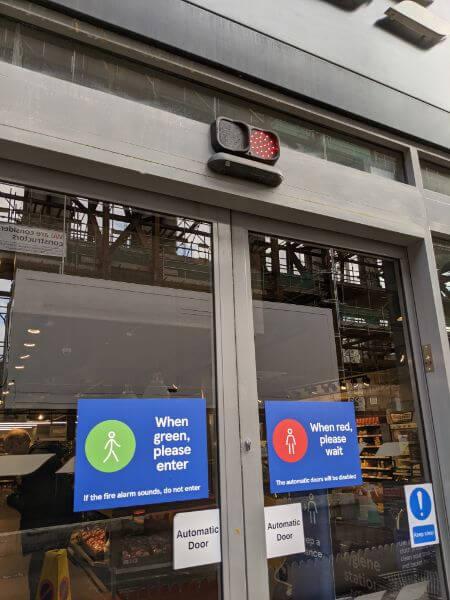 コロナでスーパーに信号が付いた:plain