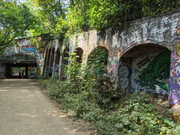 ロンドンの古い元線路上を歩くParkland Walk:plain