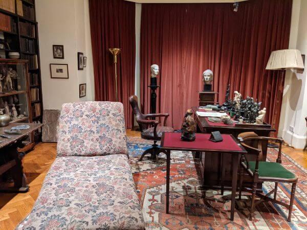 フロイトが亡くなったソファーとフロイトの机:plain