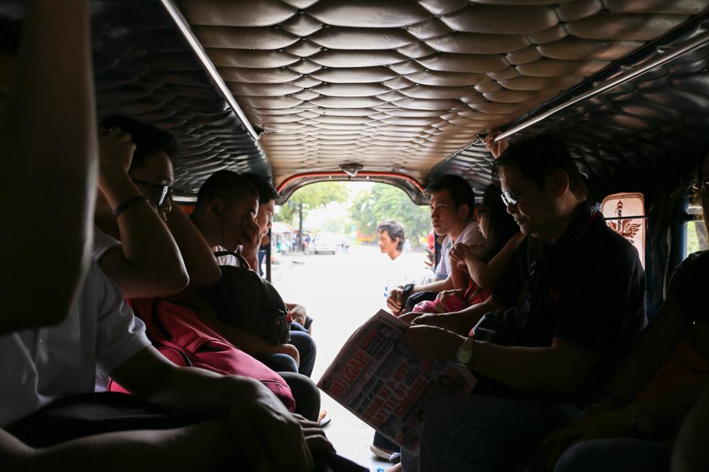 フィリピン/マニラのジプニー車内