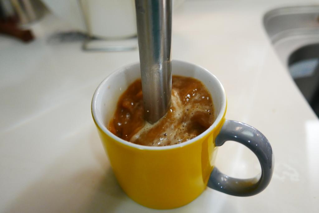 ブレンダーでコーヒーを混ぜるイメージ画像