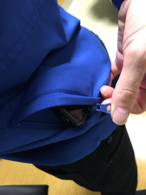 ジッパー付きパーカーのポケット