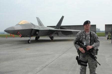 F-22Aラプターと警備兵