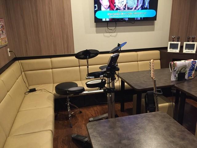 カラオケ店で楽器を演奏出来る機種、JOYSOUND f1 …