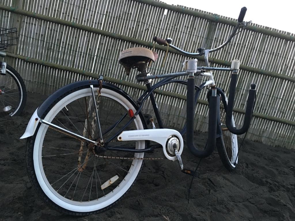 海の男サーファー自転車