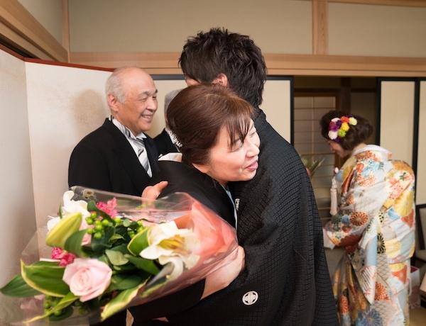 結婚式で母親と抱き合う新郎