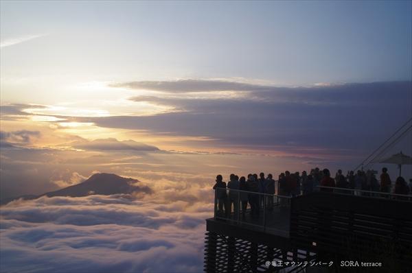 ソラテラスから見る夕日と雲海