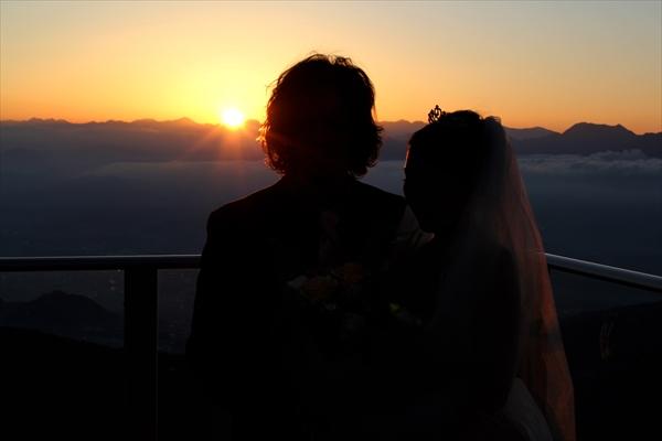 ソラテラスから見る夕日と新郎新婦