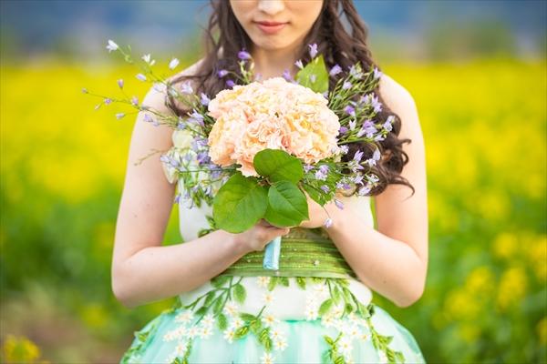 菜の花畑に立つ新婦