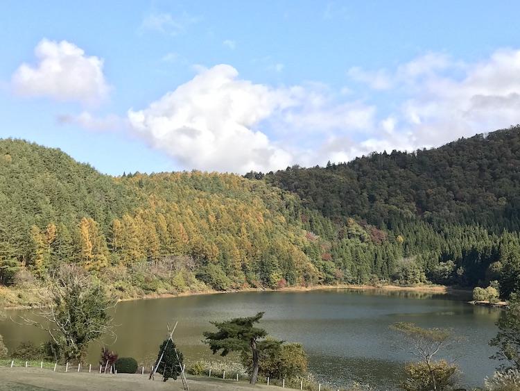 ハート型の湖の画像