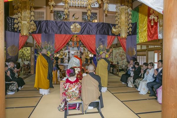 仏前式にて挙式をする新郎新婦の画像