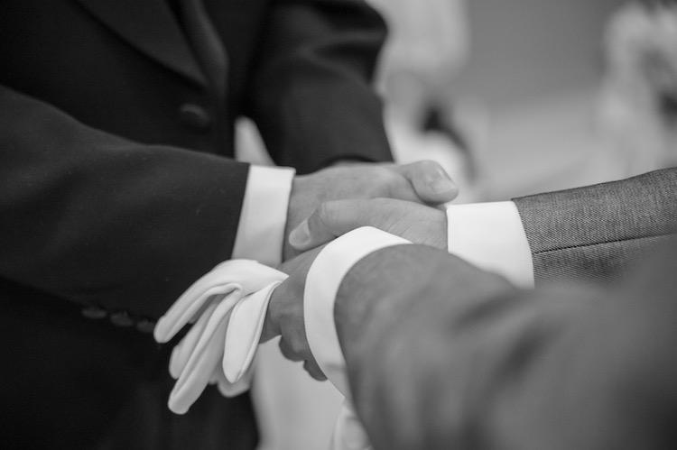 お父さんと握手する新郎の画像