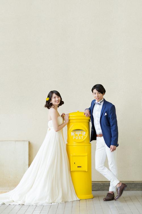 黄色いポストと新郎新婦の画像