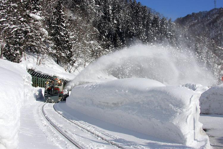 線路の雪を除雪するラッセル車の画像