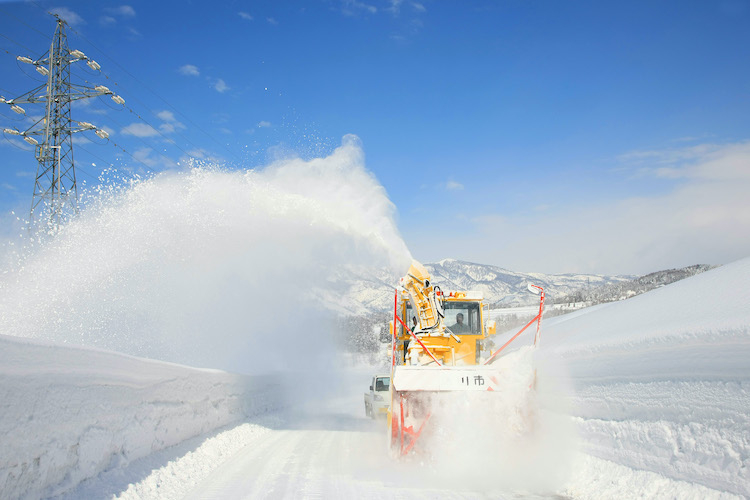 道路を除雪する除雪車の画像