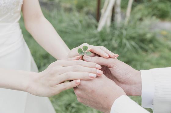 男性と女性が四つ葉のクローバーを一緒に持っている
