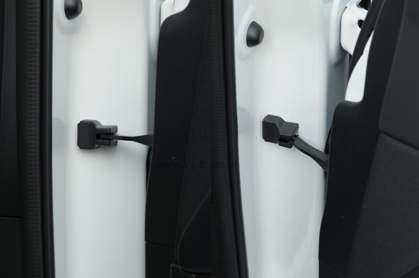 CX-5のドアヒンジカバー装着状態