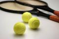 長戸夕奈 テニスラケットとボール