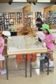 [沖縄][名護博物館][大浦湾][すなっくスナフキン]130802_ジオラマを見る子ども_web.JPG