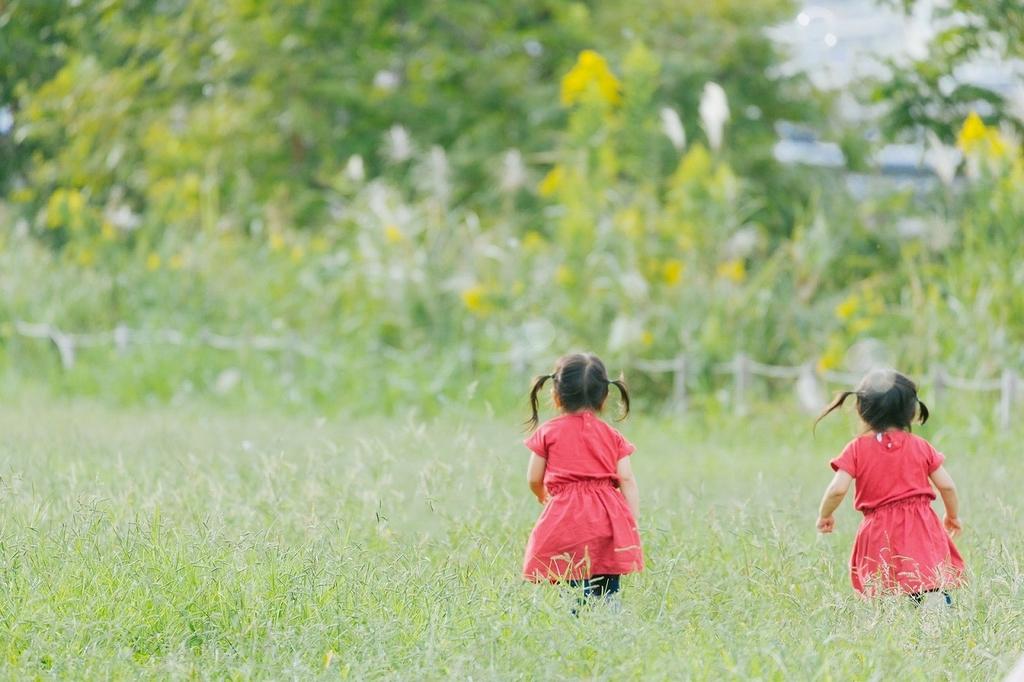 草原を駆ける2人の女の子