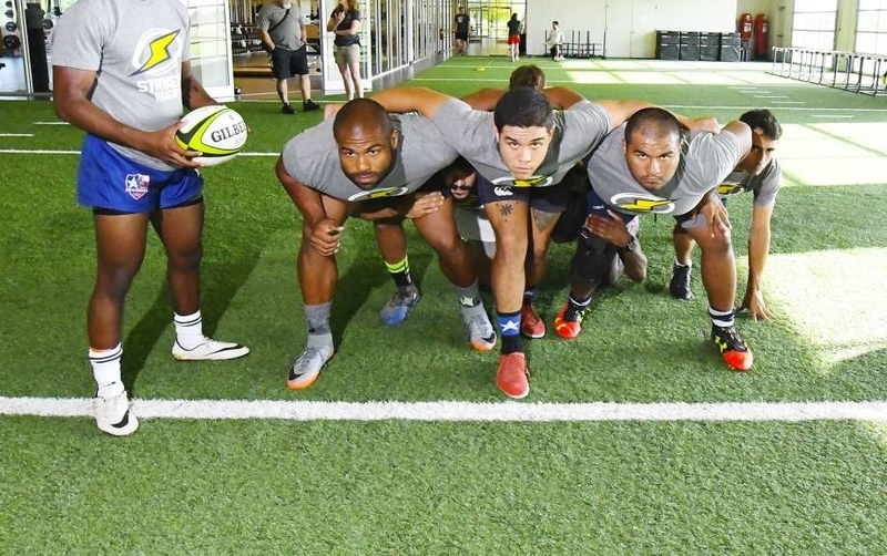 体脂肪とスポーツ選手(脂肪は比重が軽い(約0.9g/c㎥)ため、競泳やシンクロなど水中や水上で動作を行う種目の選手は、ある程度の体脂肪が必要)
