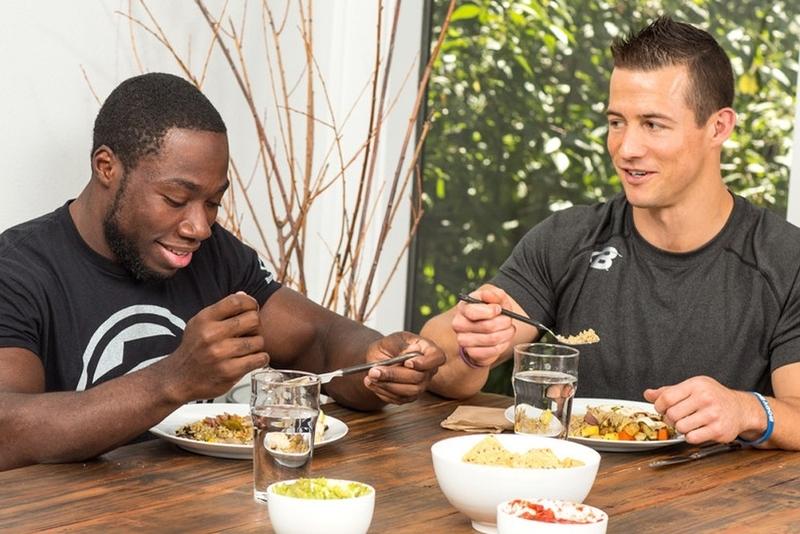 トレーニング内容と食事(オフシーズンとインシーズンでのタンパク質、炭水化物の摂取量の違い)