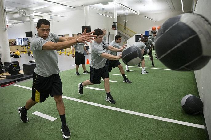 姿勢が野球肩・野球肘に影響する(不良姿勢が投球動作時の肘下がりにつながる)