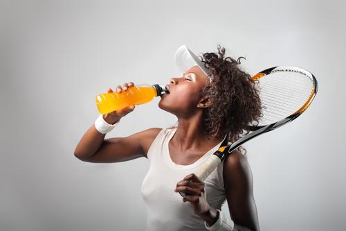 アスリートの1日の推奨糖質摂取量は、体重1kg当たり8~10g、またエネルギーの60%以上とされる