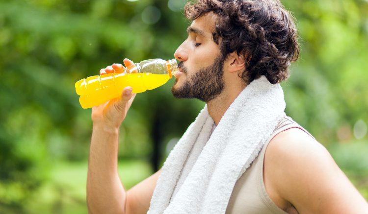 グルコース摂取によるパフォーマンス増強効果は、正常血糖を維持しグリコーゲンが枯渇した筋にエネルギー基質を供給する