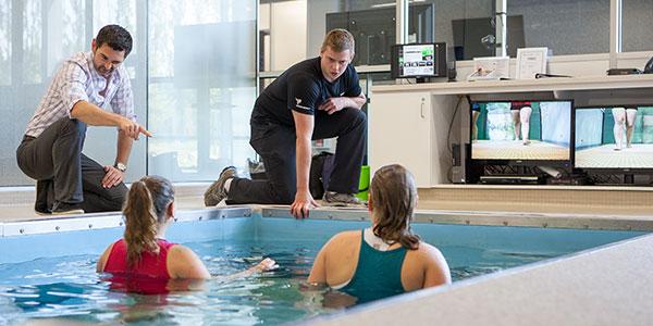 膝関節置換術後の水中レジスタンストレーニングと高強度機能的リハビリテーション