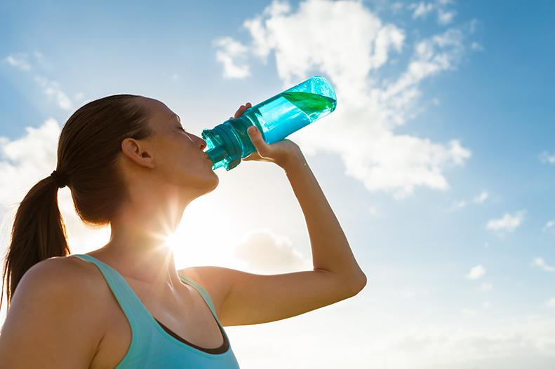 運動時における水分補給には水がよいか、スポーツドリンクがよいか