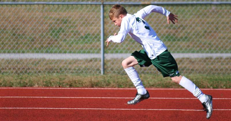 フィールドスポーツのスプリント距離は通常10~30m(約2~3秒)であり、最大スピードに達するために必要な距離には到達していない