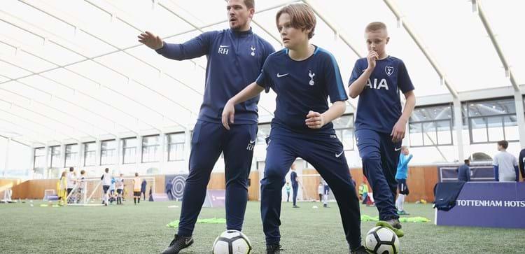 短い距離を疾走する、加速する、減速する、方向転換する、そしてそれと同時にテクニカルな動作を行うことがサッカーにおける身体能力の尺度として妥当であると考えられる