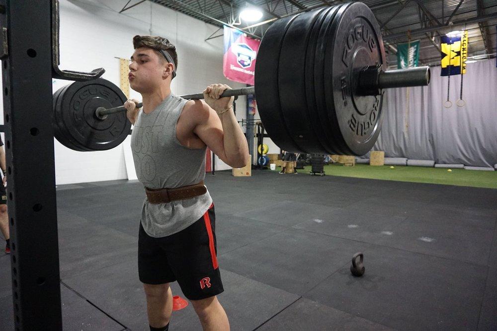 一般的にこの種の動作は、大きな努力を要すること、伸張性と短縮性の筋活動を組み合わせた伸張-短縮サイクルを利用すること、そして筋骨格系に漸進的負荷を加えることが特徴になる