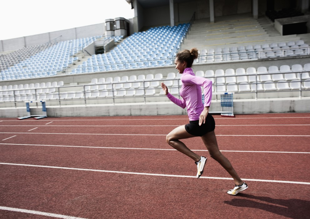 パワーとランニングスピード:最大スピードの上昇と減速の低下(100mスプリントで非熟練ランナーは20~30mしか加速できないのに対して、トップクラスのランナーは40~50m加速する)