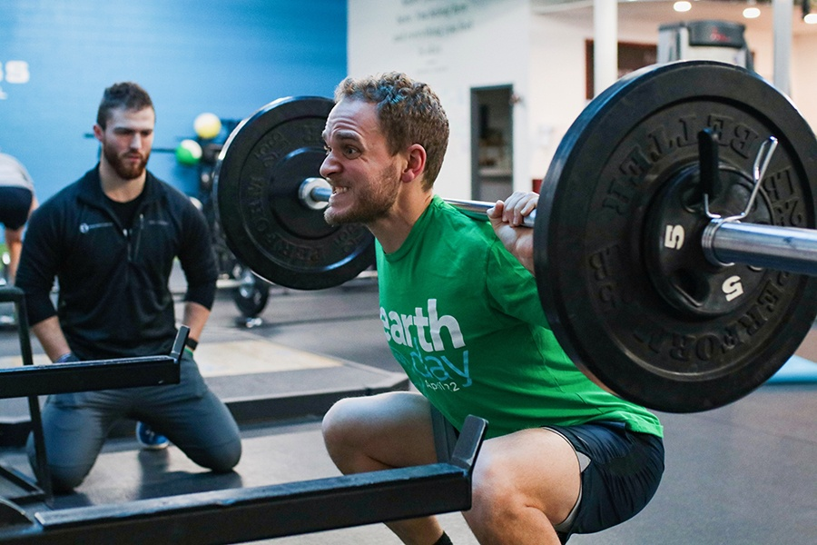 スクワットにおける股関節内転筋群と後部キネティックチェーンの可動性の改善を助ける(適切な深さまでスクワットできない場合は、最下点で体重を支えるだけの後部キネティックチェーンの等尺性筋力が不足していることが原因と考えられる)
