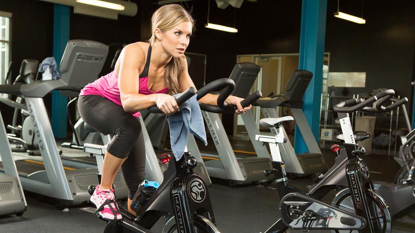 心臓血管系疾患と高強度インターバルトレーニング(VO2max向上、安静時および運動時の心拍数(HR)低下し、心電図のST(心室の全体が興奮状態となって、興奮からの回復が始まるまでの部分)低下がより高強度で起こり、左心室機能の改善が認められる)